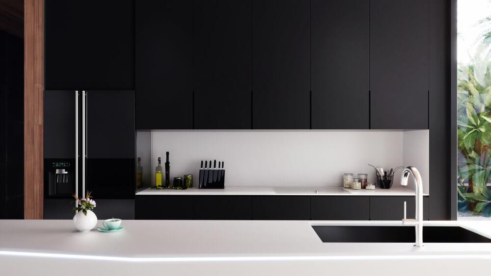 Zwart wit keuken: sterke kleuren bij elkaar