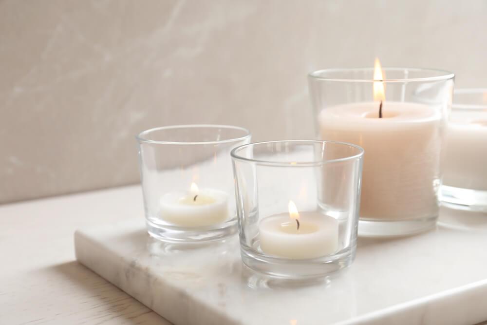 Kaarsen decoreren op marmer