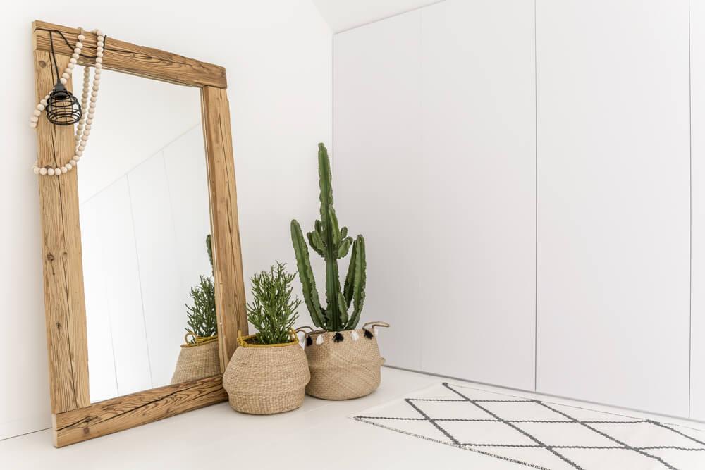 Grote spiegel staand met hout