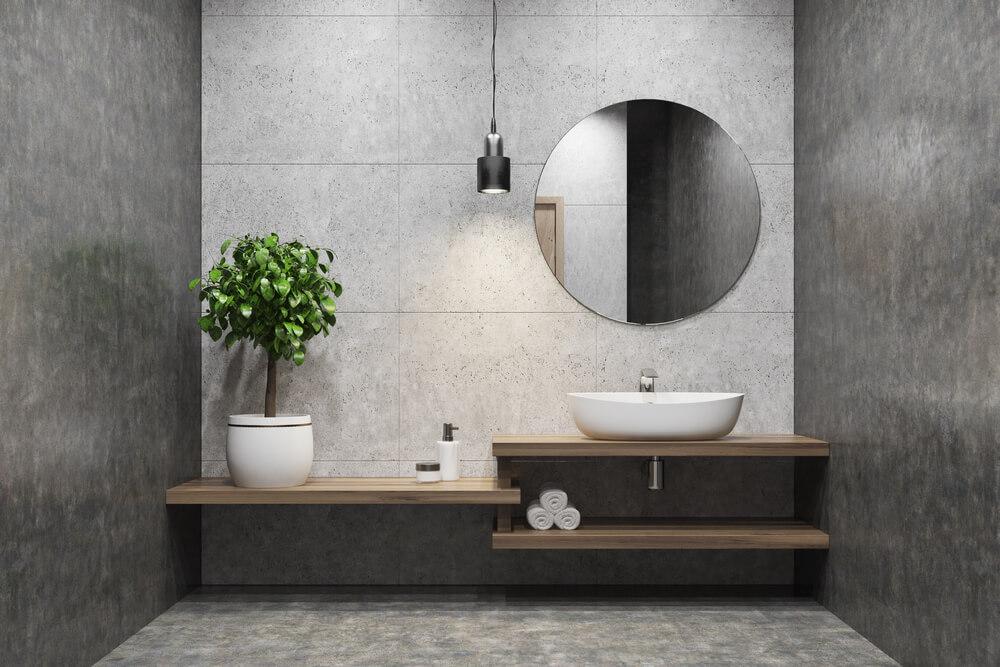 Grote spiegel zonder lijst in de badkamer