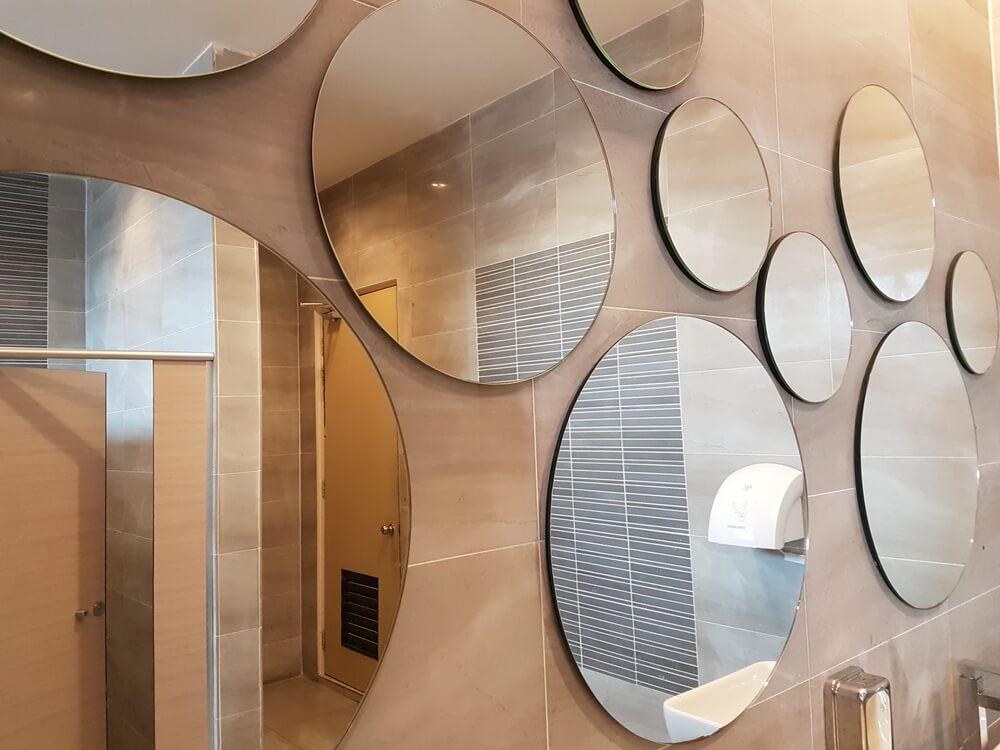 Meerdere grote spiegels naast elkaar