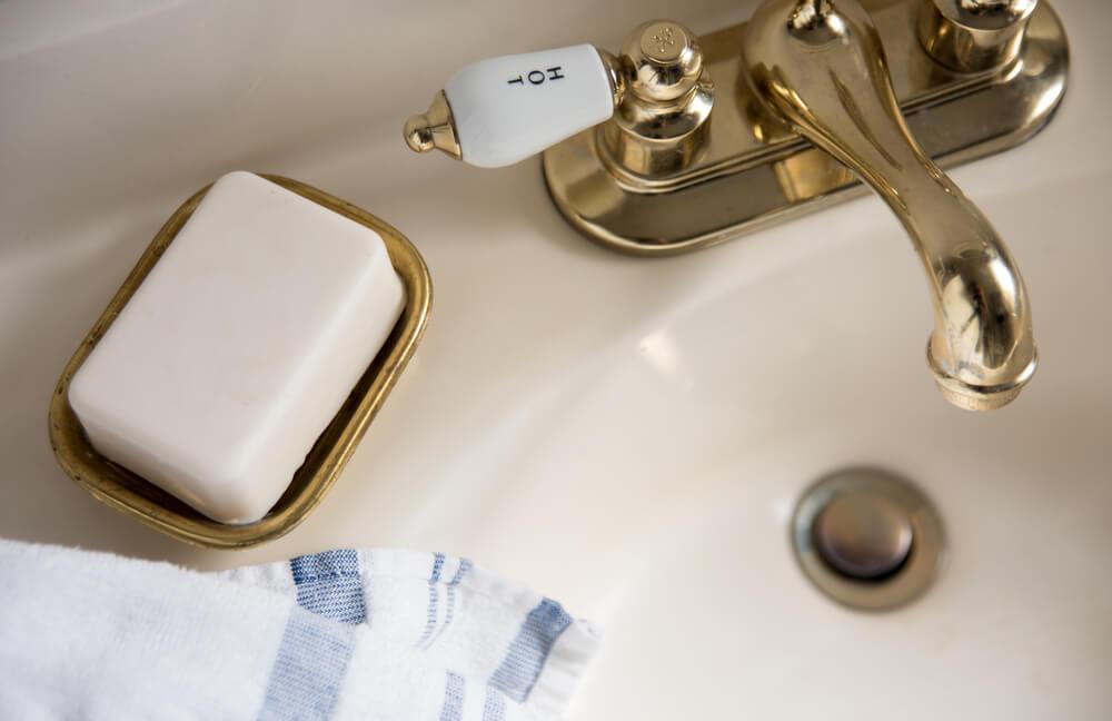 Gouden spuitbus voor badkameraccessoires