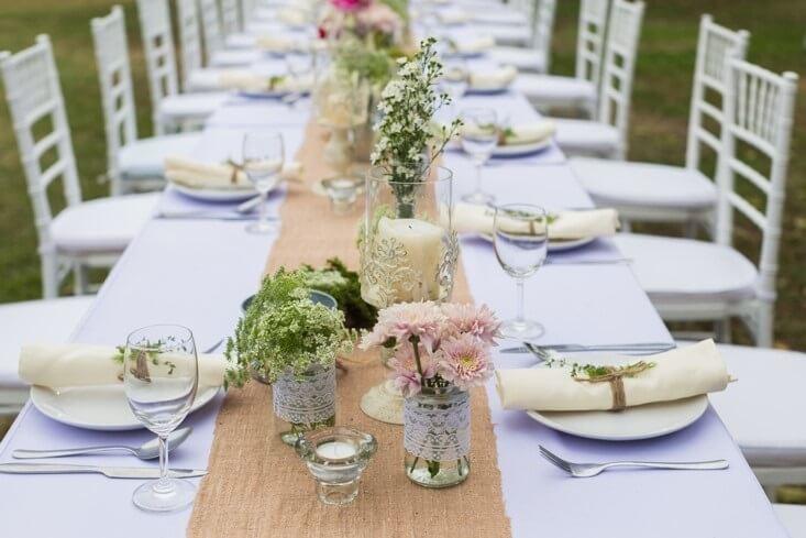 Aankleding bij een bruiloft in de tuin