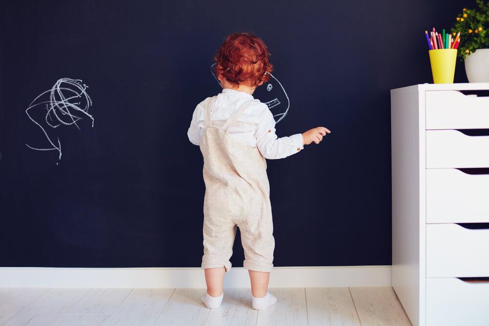 Kalkverf op de muur: leuk voor kinderen