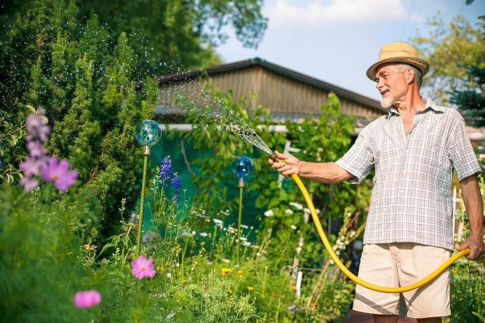 Druk in de tuin bezig