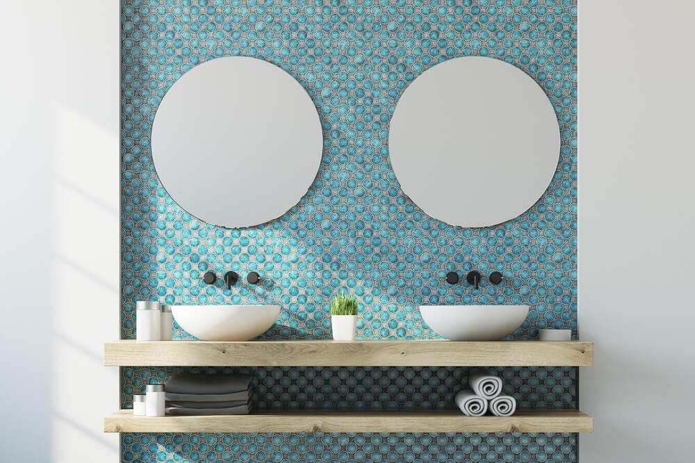 Gedeeltelijke blauwe muur in de badkamer