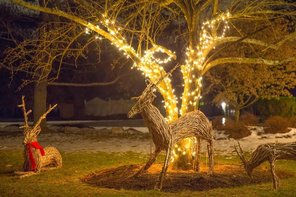 Tuin met verlichte kerstfiguren